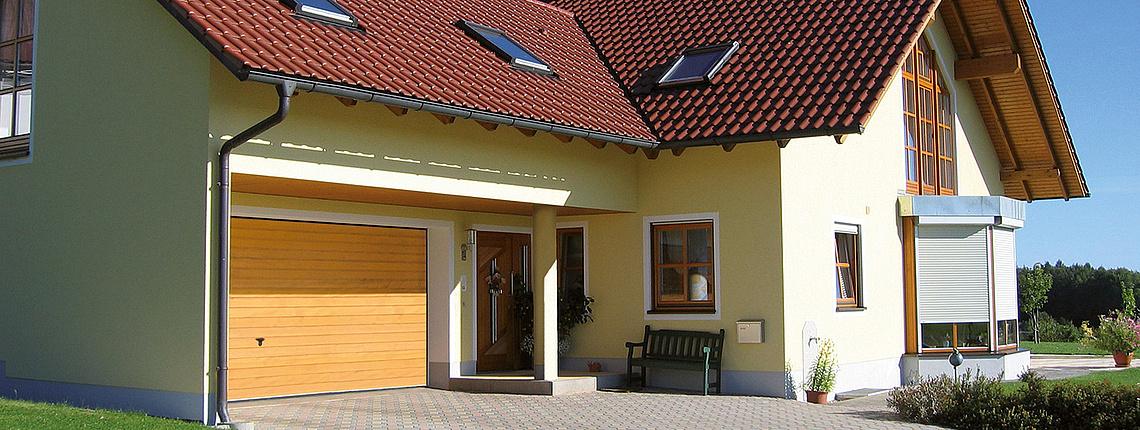 Garagen-Schwingtor aus Holz