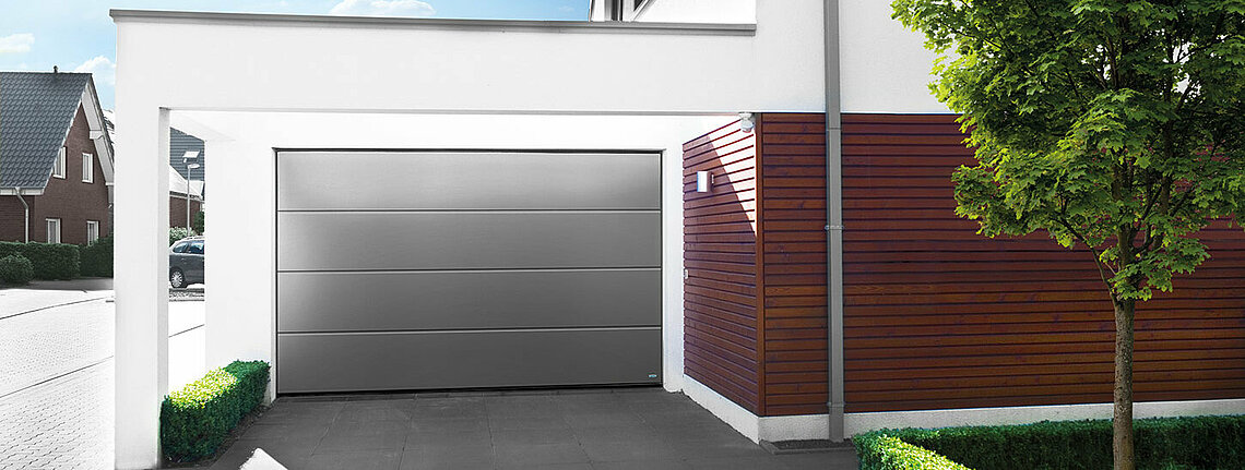 Garagen-Sektionaltor in graualuminium